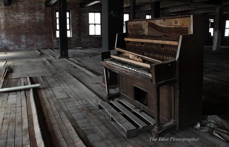 STL CM Building piano