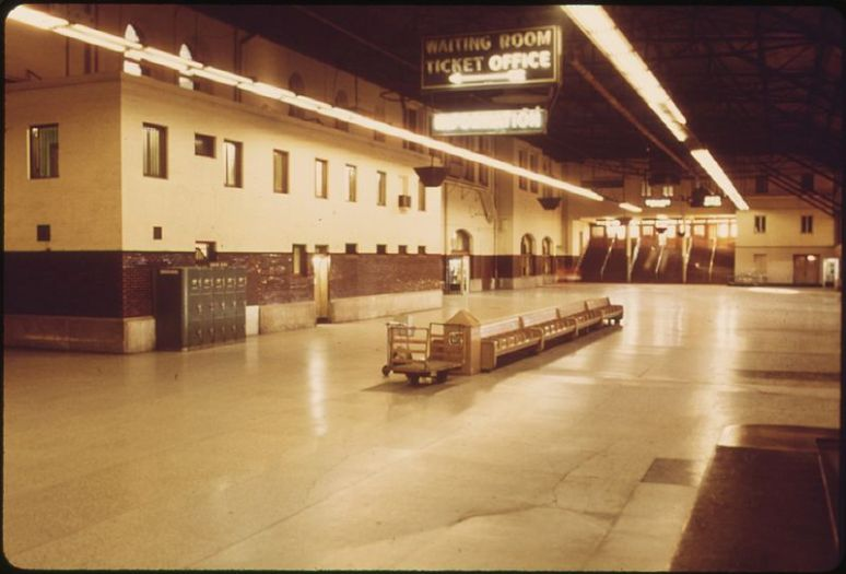 800px-ST._LOUIS,_MISSOURI,_UNION_STATION_AS_IT_APPEARED_IN_THE_SUMMER_OF_1974._AMTRAK_HAS_RENOVATED_MANY_OF_ITS_TERMINALS..._-_NARA_-_556055